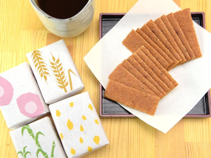 薄く焼き上げた和菓子「ごま松」