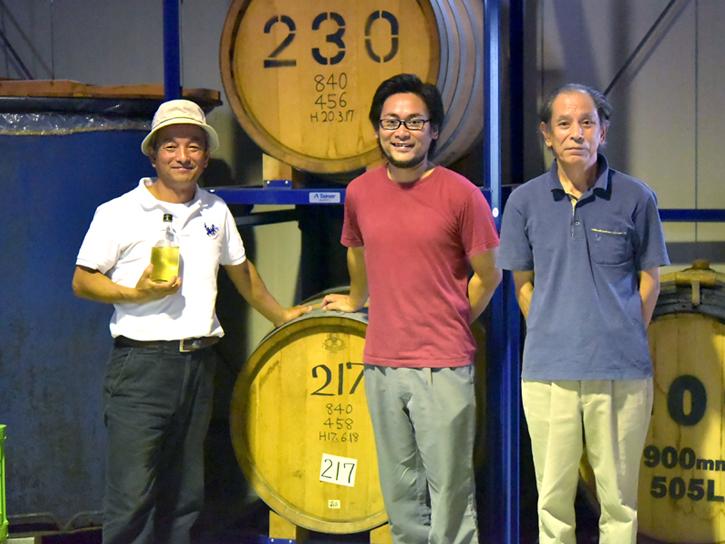那須さんと樽の前で記念撮影