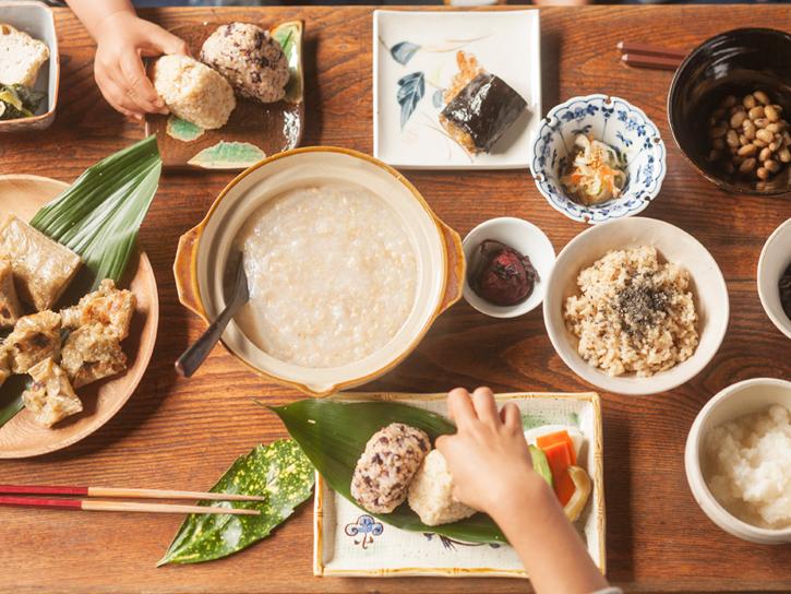 美味しそうな食事が並ぶ食卓
