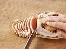 まな板の上の鶏肉